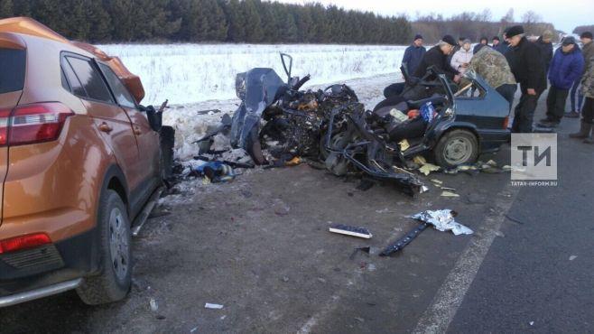 В Татарстане на трассе столкнулись две легковушки - погибли четыре человека (ФОТО)